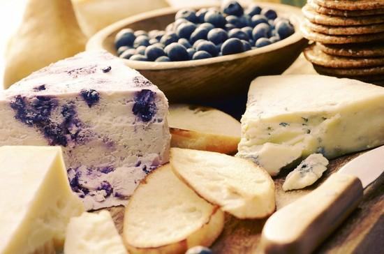How to Create a Festive Artisan Cheese Board