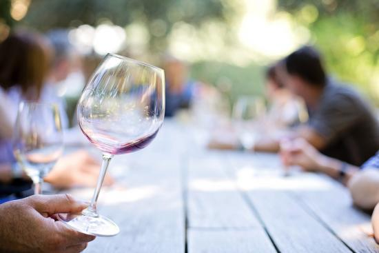 Dos and don'ts in wine drinking etiquette you should know