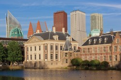 Dutch parliament buildings and Mauritshuis along the Hofvijver. PHOTO: JURJEN DRENTH